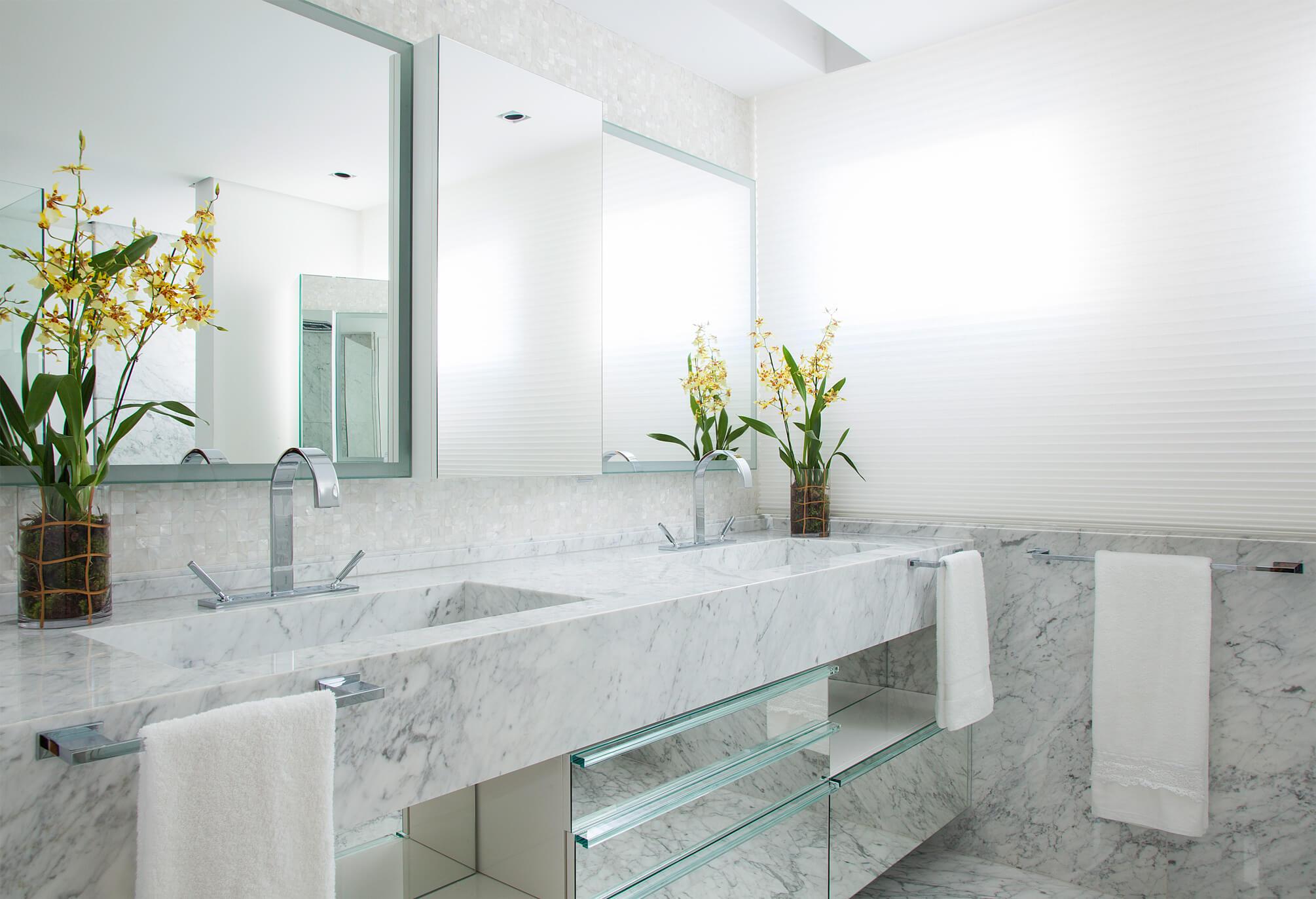 Banheiro com piso e paredes em mármore Carrara
