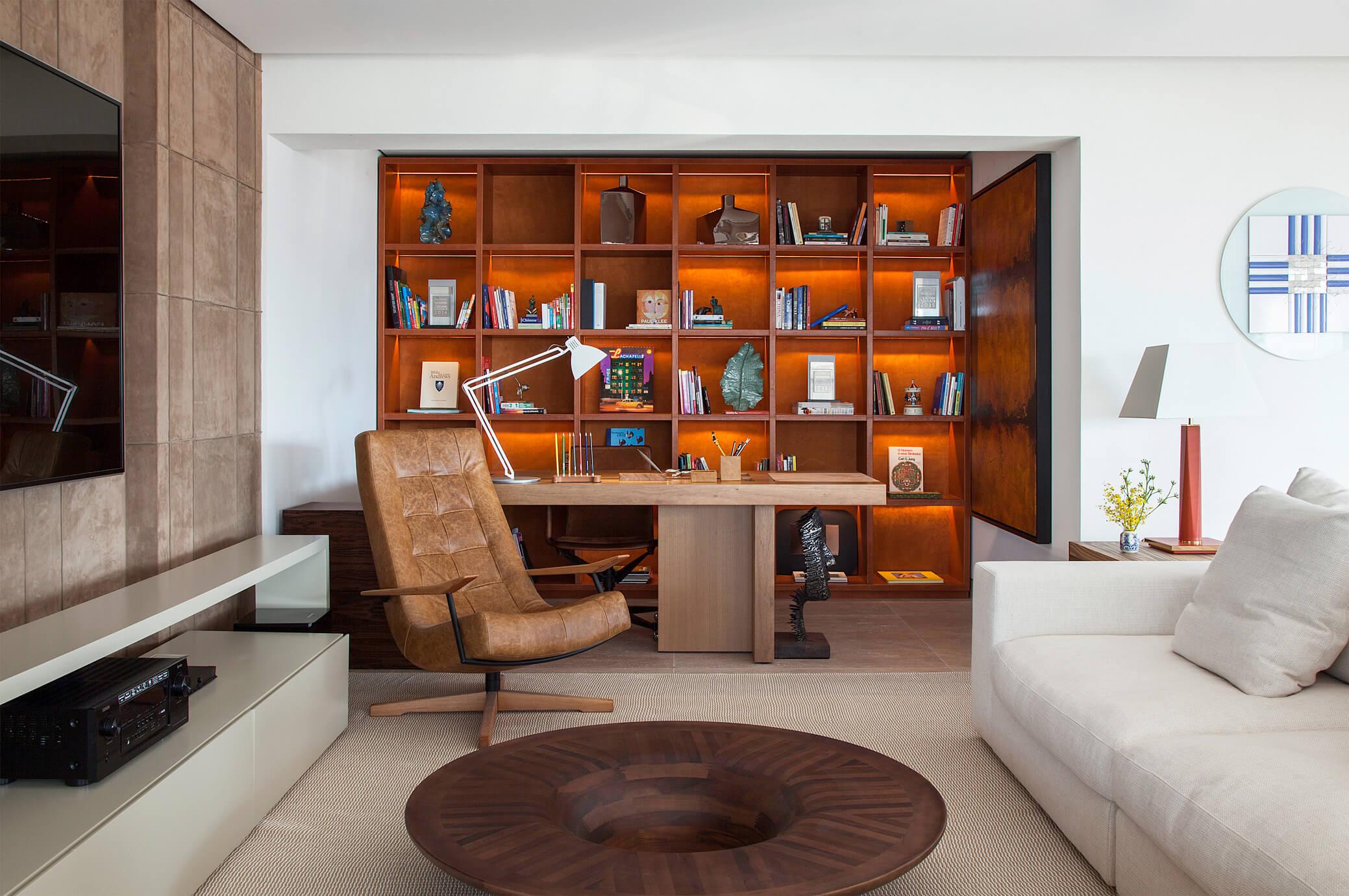 Biblioteca com estante em couro natural e camurça