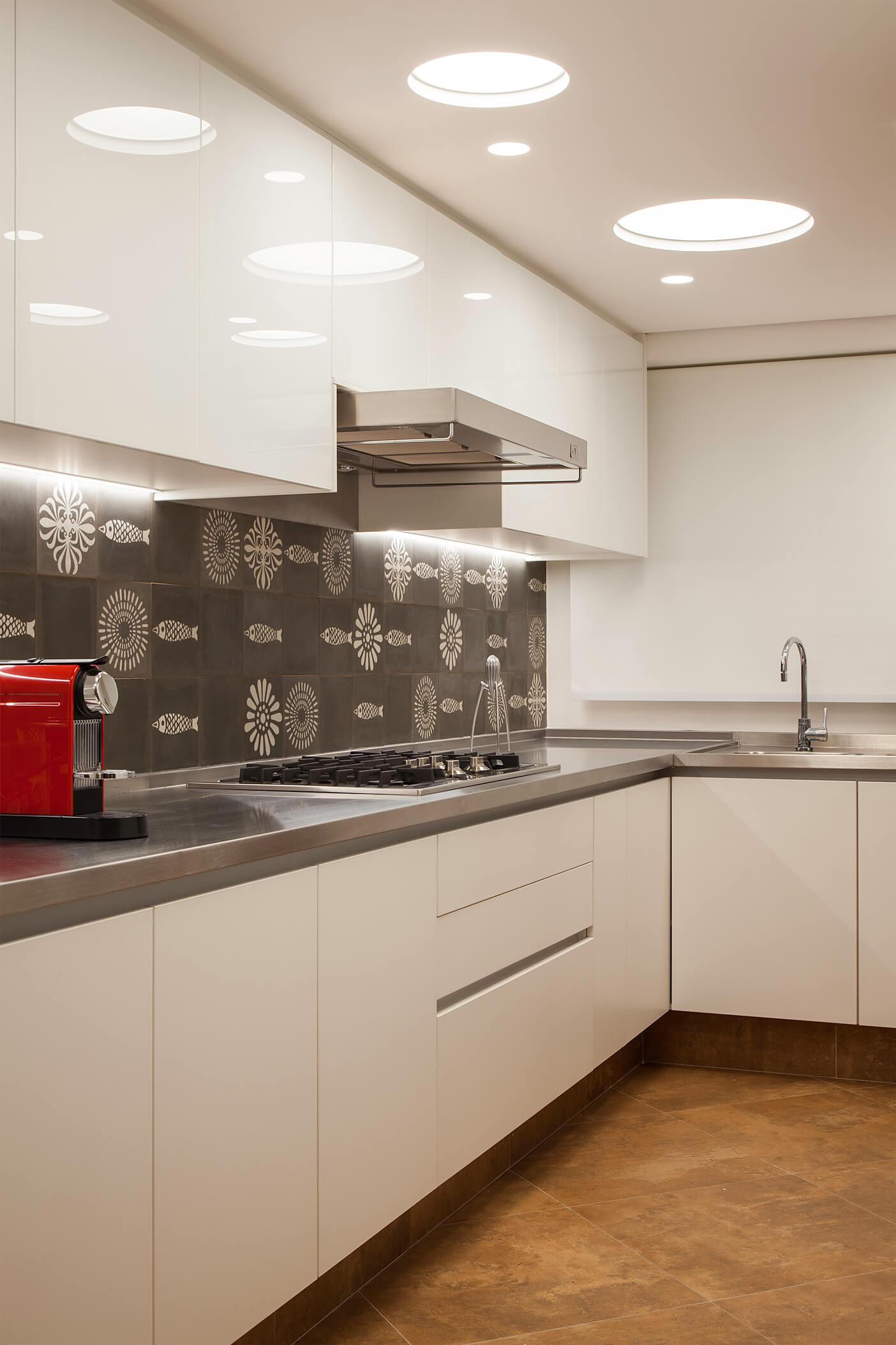 Cozinha com móveis planejados em vidro e laminado branco