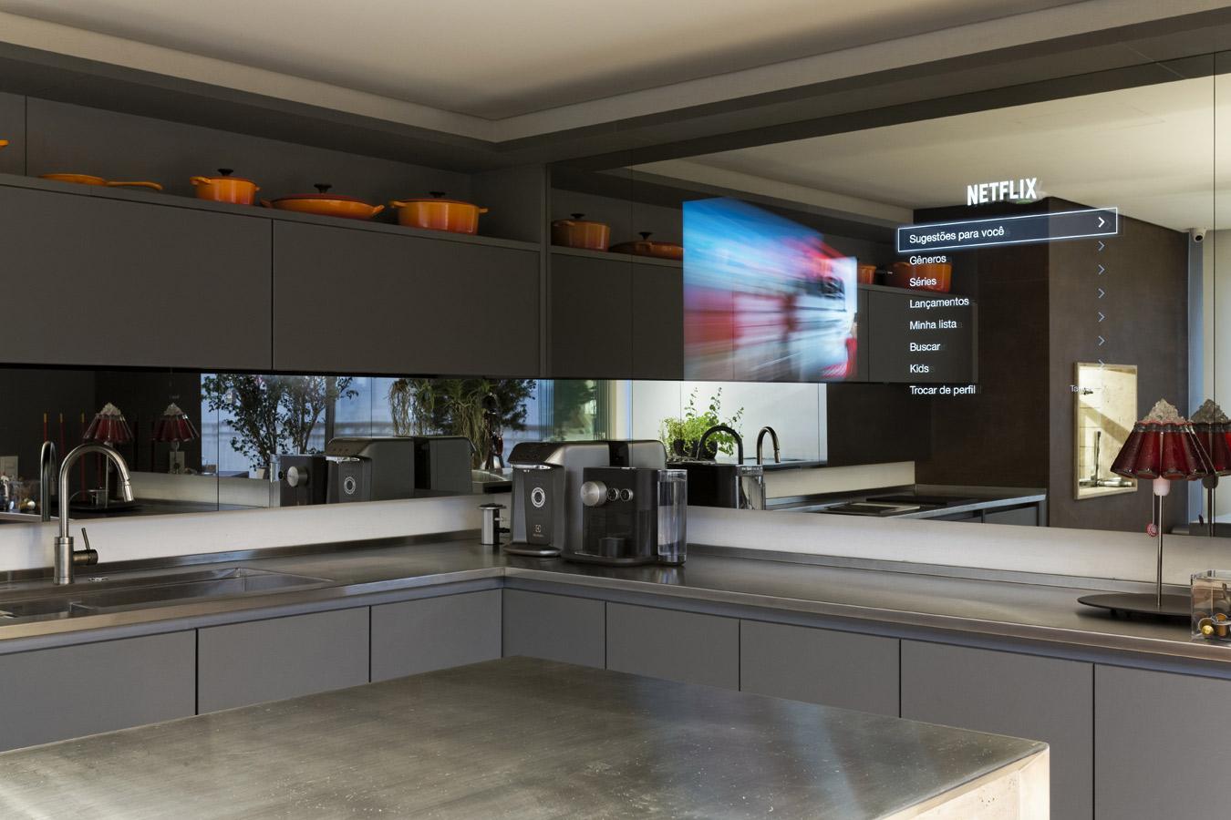 Cozinha gourmet com painel de espelho com TV embutida